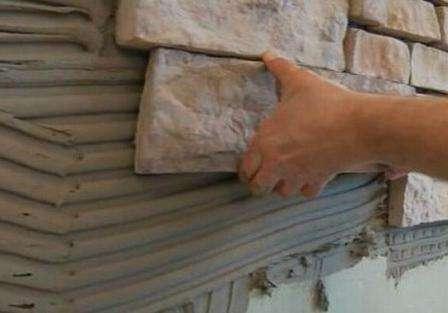 Чтобы закрепить декоративный камень можно воспользоваться такими материалами, как