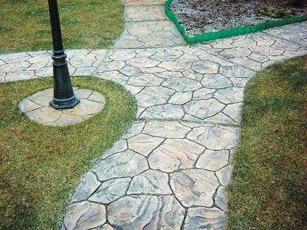 Основными преимуществами декоративного бетона является: