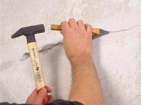 Шпателем бороздка углубляется приблизительно на 5 мм, чтобы ЦИС заполнила углубления и хорошо в них закрепилась