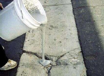 Напольное покрытие разрешается класть на бетон через сутки, точно так же как и красить