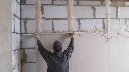 Как штукатурить стены новичку