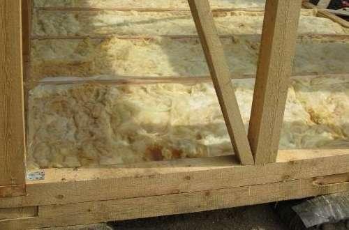 Утеплить стены можно пенопластом или минеральной ватой