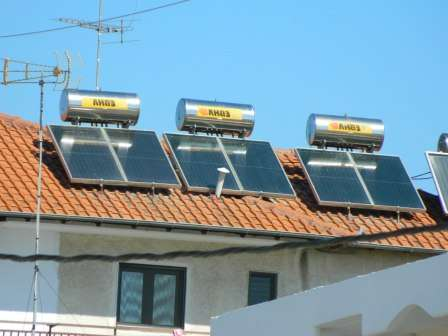 На случай одновременного отключения основного канала электроснабжения и дефицита солнечного света следует приобрести небольшой по объему электрогенератор.
