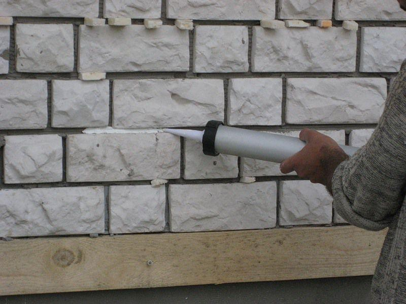 как уложить искусственный камень на стену